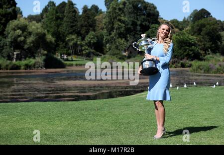 Melbourne, Australien. 28 Jan, 2018. Caroline Wozniacki aus Dänemark stellt mit ihrem Australian Open Trophy, der - Stockfoto