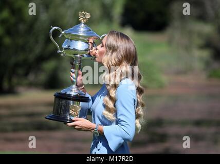 Melbourne, Australien. 28 Jan, 2018. Caroline Wozniacki aus Dänemark küsst sie Australian Open Trophy, der Daphne - Stockfoto