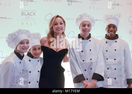 Las Vegas, USA. 27 Jan, 2018. Eine Gruppe von kleinen Köche melden Sie honoree Giada De Laurentiis auf dem Roten - Stockfoto