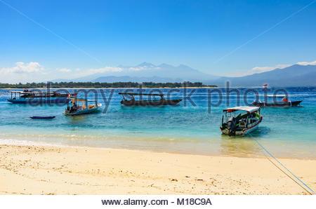 Kleine Boote in der Nähe von einem Strand in die Gili Trawangan Insel mit Blick auf Lombok, Indonesien - Stockfoto