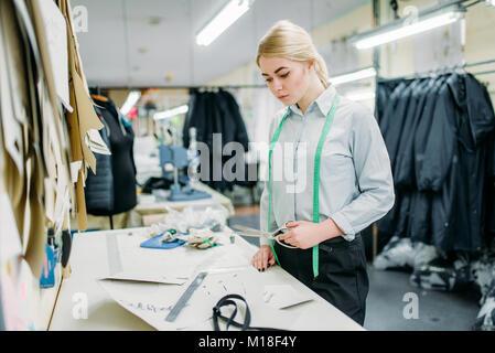 Designer Kleidung Maßnahmen ein Muster, auf nähen Fabrik herstellen ...
