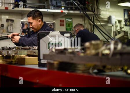 ARABIAN GULF (Jan. 25, 2018) der Luftverkehr strukturellen Mechaniker Flieger Johnny Yang Reparaturen eine ordnance - Stockfoto