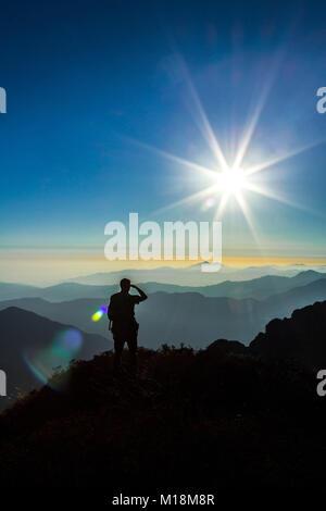 Silhouetten und Sun platzt aus Nepal Grenze, wurde in Richtung Sandakphu leitete einen genaueren Blick auf den Kanchenjunga - Stockfoto