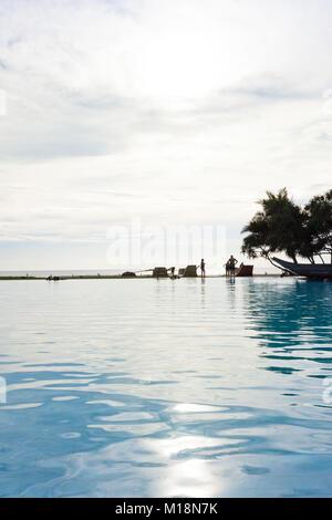 Ahungalla, Sri Lanka - Dezember 2015 - ein Blick in einem Hotel, in dem der Pool bei Sonnenuntergang während mehrere - Stockfoto