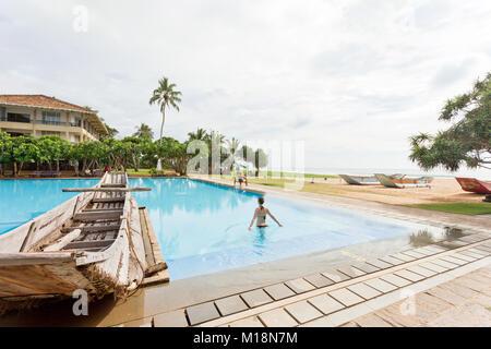 Ahungalla, Sri Lanka - Dezember 2015 - eine Frau gehen in einen Pool, in der Nähe des Strandes - Stockfoto