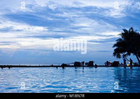 Ahungalla, Sri Lanka - Genießen die Twilight Hour und den blauen Himmel am Strand - Stockfoto