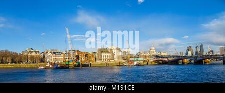 Krane auf die Blackfriars Bridge Vorland am Victoria Embankment, London Die neue Super Kanalisation und eine neue - Stockfoto