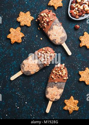 Chia Popsicle mit rohen Karotten Kuchen und Schokolade - Stockfoto