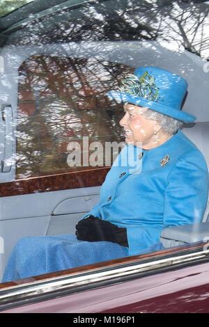 Königin Elizabeth II. Nach dem Besuch der St. Maria Magdalena Kirche in Sandringham, Norfolk, für einen Sonntag - Stockfoto
