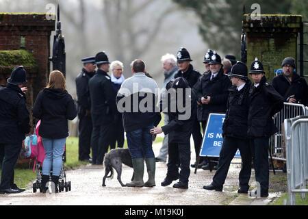 Sandringham, Großbritannien. 28 Jan, 2018. Polizisten suchen Mitglieder der öffentlichen Teilnahme an der St. Maria - Stockfoto