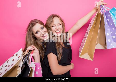 Gerne Freunde einkaufen. Zwei schöne junge Frauen Shopping genießen - Stockfoto