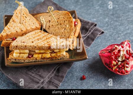 Peanut butter Sandwiches mit Banane. Gesundes Frühstück Konzept. - Stockfoto