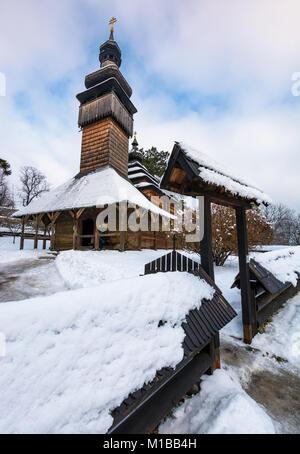 Uschhorod, Ukraine - Jan 15, 2017: alte orthodoxe Kirche aus Holz im Winter. Ort Museum der Volksarchitektur und - Stockfoto