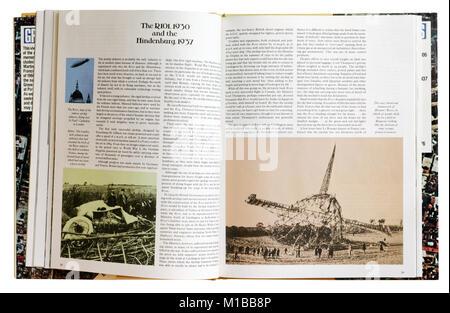 Ein Buch der Katastrophen zu öffnen, um die Seite über den Absturz von R101 und die Hindenburg - Stockfoto