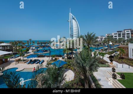 Blick auf den Luxury Beachfront Hotel Burj Al Arab auf einer künstlichen Insel in Dubai, VAE, Vereinigte Arabische - Stockfoto