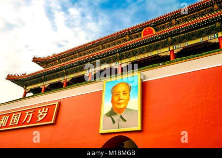 Tor des Himmlischen Friedens Gugong Forbidden City Palace Wall Beijing China. Chinesische Zeichen sagen, daß Leute - Stockfoto