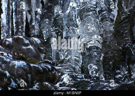 Interessante Eisformationen auf eine gefrorene Felswand in Finnland - Stockfoto