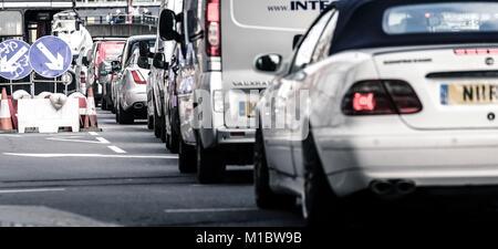 Verkehrsstaus auf Victoria Embankment, London, England, Großbritannien - Stockfoto