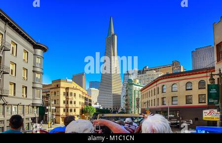 Touristen in San Francisco an einem sonnigen Tag - Stockfoto