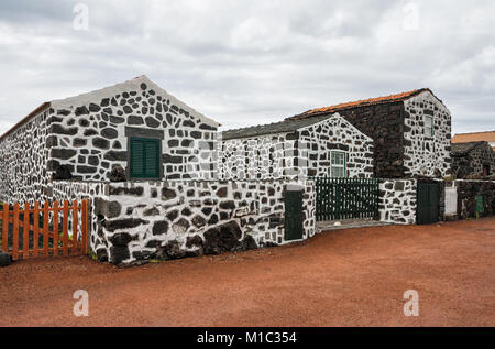 Traditionelles Dorf auf der Insel Pico mit Häusern, die von vulkanischem Gestein, Azoren - Stockfoto
