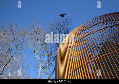 Ai Weiweis goldenen Käfig kunst Installation am Eingang zu den Central Park in New York City - Stockfoto