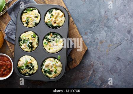 High Protein ei Muffins mit Kale Stockfoto