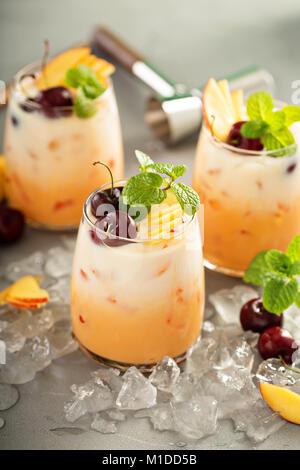 Sommer Kirschen und Pfirsich Kokosmilch cocktail - Stockfoto