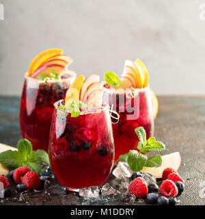 Festlicher Sommer berry Sangria - Stockfoto