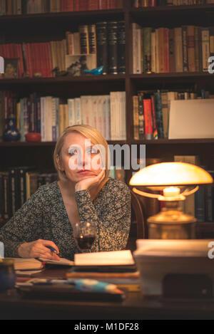 Sie ist ein Buch schreiben - Stockfoto