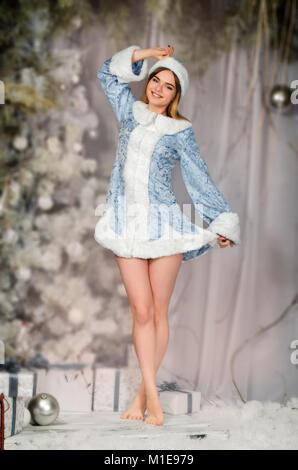 Junge schöne lächelnde Mädchen Porträt im Winter verschneite Wald, Schnee Maiden. - Stockfoto