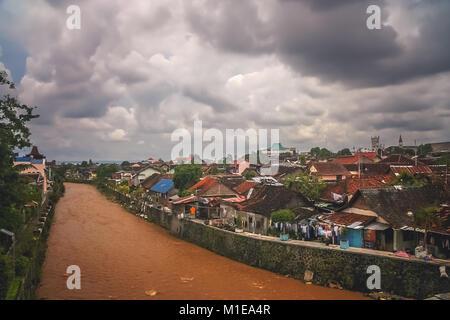 Fluss durch die Bukittingi Stadt in Sumatra, Indonesien fließende - Stockfoto