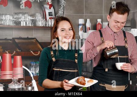 Paar Barista im Cafe. Schöner Mann und attraktive Frau macht Kaffee. Lebensmittel- und Getränkeindustrie Konzept - Stockfoto