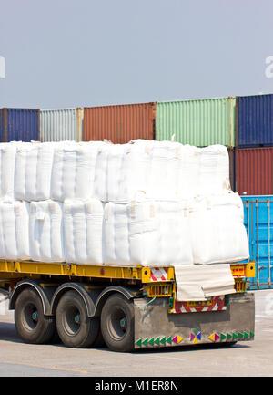 Lkw Transport im Hafen für Cargo. - Stockfoto