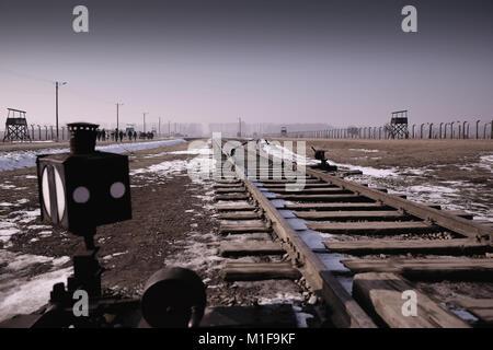 Bahnlinie und Punkten nur innen Eingang zu Auschwitz II-Birkenau Holocaust Gedenkstätte und Museum - Polen - Stockfoto