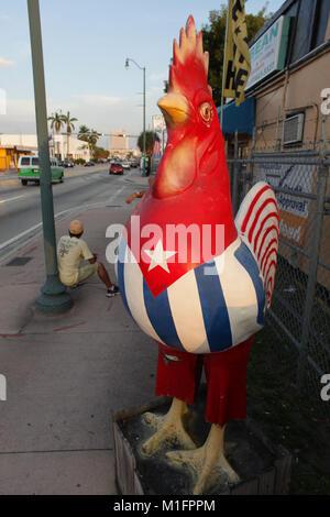 Miami, Florida, USA. 11. Januar 2011. Die acht kleinen Havanna Hähne (dargestellt mit Kuba Flagge) wurden als Kunstprojekt - Stockfoto