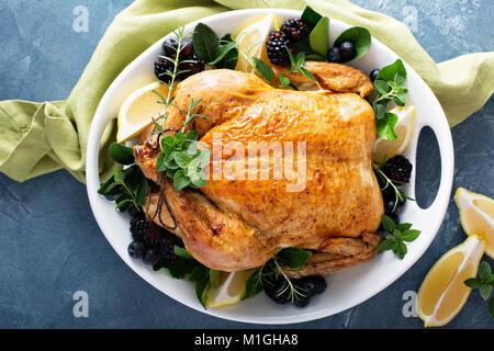 Gebratenes Huhn mit Zitrone und Kräutern für Urlaub oder Sonntag Abendessen - Stockfoto