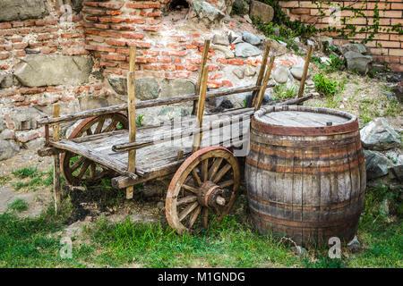 bild von ein antikes holzfass pferd gezogene wasser wagen stockfoto bild 10621761 alamy. Black Bedroom Furniture Sets. Home Design Ideas