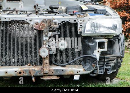 Ein Detail des alten Autowrack. Die Front des Autos sichtbar ist ...