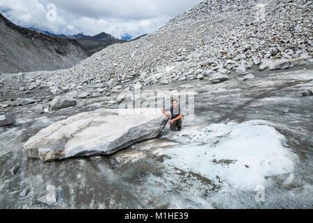 Nur wenige Augenblicke vor dieses Bild, diese massive Boulder aus seiner eisigen Barsch auf dem weißen Eis nach - Stockfoto