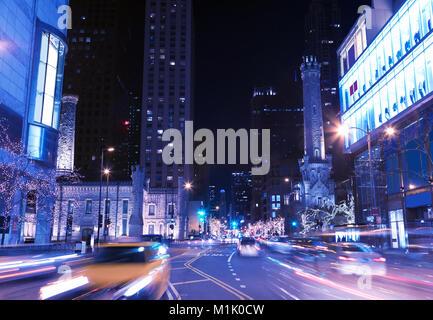 Night city Szene in Chicago Downtown in der Straße mit Licht- und Weihnachtsbeleuchtung auf Bäumen - Stockfoto
