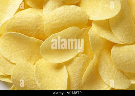 Dünne gesalzene Kartoffelchips (Chips) - full frame - Stockfoto