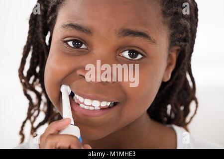 Porträt eines afrikanischen Mädchen putzen Ihre Zähne - Stockfoto