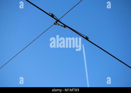 Flugzeug und Getriebe macht Strom Leitungen Kabel Katar Stockfoto ...