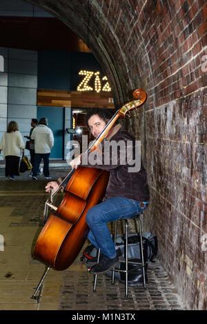 Musiker spielen der Bass im Londoner Stadtteil Southwark, am Südufer der Themse in der Nähe des Globe Theatre London - Stockfoto