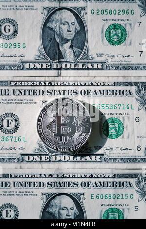 Silber bitcoin Münze liegen auf US-Dollar, cryptocurrency Konzept - Stockfoto