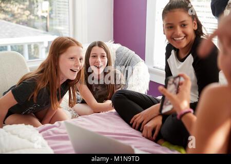 Freunde oder teenager m dchen mit smartphone zu hause for Zimmer jugendlich madchen