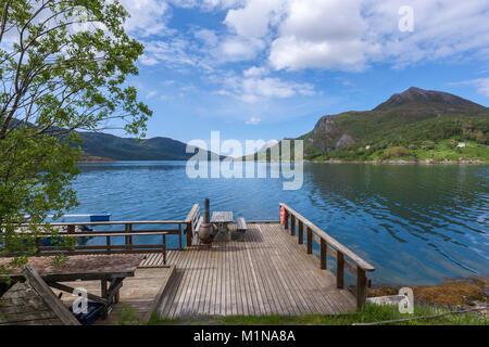 Picknick Tisch in einem Pier mit Grill entlang der Norwegischen County Road 17 von Bodo zu Halsa. Norwegen - Stockfoto