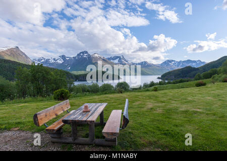 Picknick Tisch entlang der Norwegischen County Road 17 von Bodo zu Halsa. Norwegen - Stockfoto