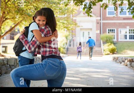 Mutter Drop Off Tochter Vor Schultoren - Stockfoto