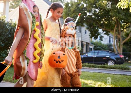 Kinder tragen Halloween Kostüme für Süßes oder Saures - Stockfoto